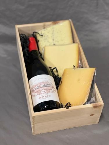 wijnkist met rode wijn en 3 soorten nederlandse kaas