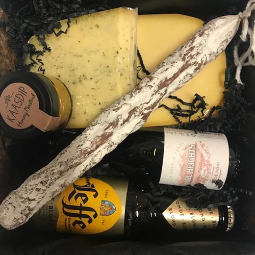 geschenk met 2 kaas-bier-wijn-fuet-dip in doos