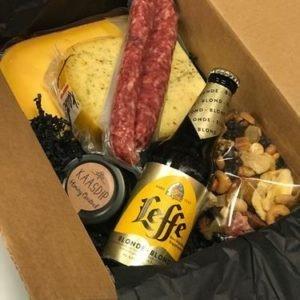 geschenk met 2 soorten kaas worst nootjes kaasdip en bier