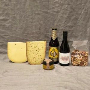 Geschenk met 2 soorten kaas wijn bier nootjes en een kaasdip