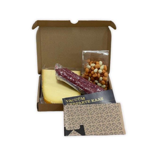 brievenbuskaas borrelbox kaas en borrelnootjes en worst